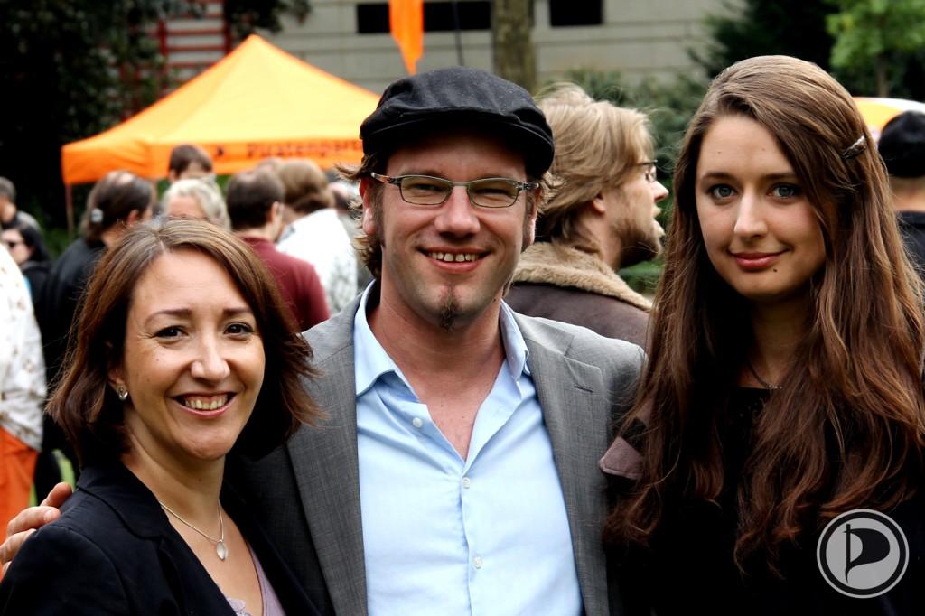 Bundestagskandidatin MELANIE KALKOWSKI – NRW-Landesvorsitzender PATRICK SCHIFFER – Bundespolitische Geschäftsführerin KATHARINA NOCUN der Piratenpartei – FOTO be-him CC-BY NC ND